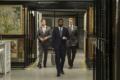 Der Protagonist (Mitte, John David Washington) und Neil (Robert Pattison) geben sich als Kunden eines Zollagers aus. - © Warner Bros.
