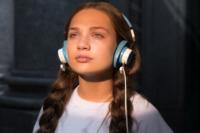 Maddie Ziegler als Music mit Kopfhörer © Alamode Film