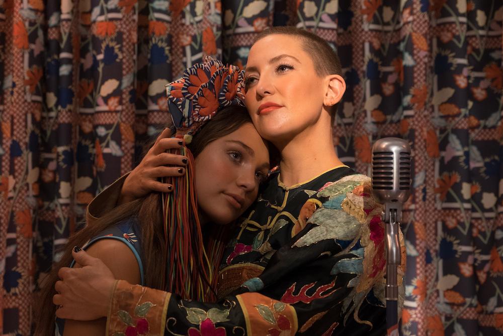 Zu umarmt ihre Halbschwester Music © Alamode Film
