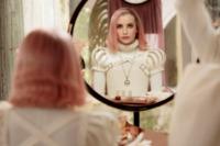 Uma (Emma Roberts) wird in der Einrichtung umgestylt.