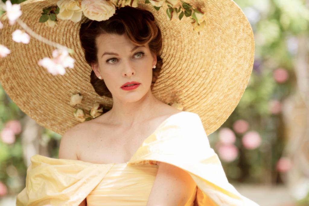 Die Herzogin (Milla Jovovich) darf extravagante Kleidung zeigen