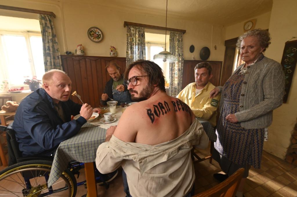 Flötzinger zeigt sein neues Tattoo